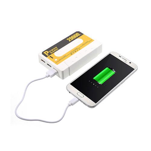 Kassetbandformad 5500mAh Power Bank med Tre USB-utgångar för Smartphones – Vit