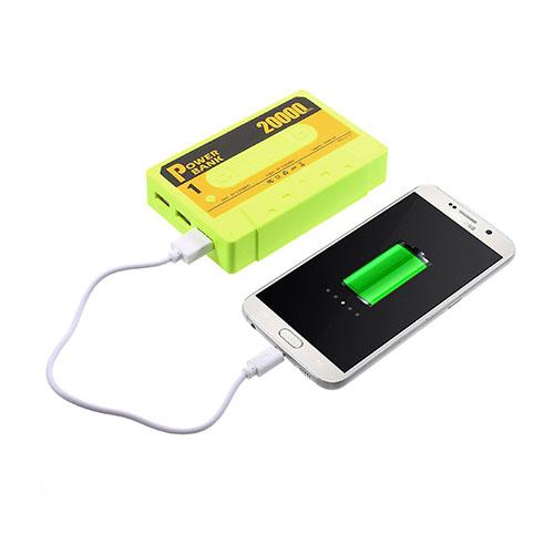 Kassetbandformad 5500mAh Power Bank med Tre USB-utgångar för Smartphones – Grön